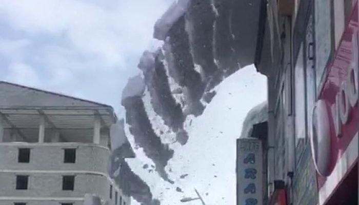 Çatıda biriken kar, çığ gibi düştü