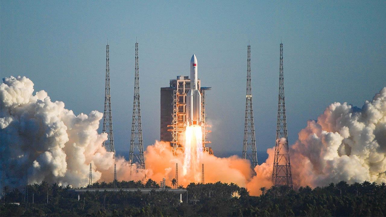 Çin'in uzaya yolladığı roket, Dünya'yı tehdit ediyor Çin'in uzaya yolladığı 21 tonluk roket, Dünya'yı tehdit ediyor. 27.600 km/h hızla yolculuk eden roketin...