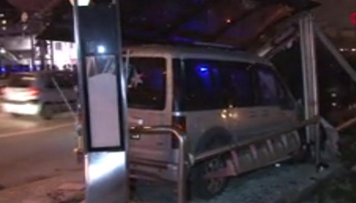 D-100'de araç, otobüs durağına girdi: 1 yaralı