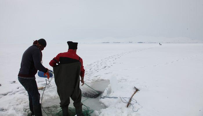 Donan gölde balık avlıyorlar