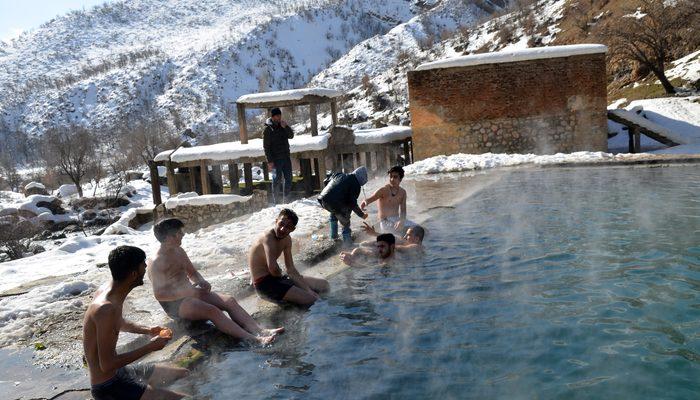 Eksi 20 derece soğukta havuzun keyfini sürdüler
