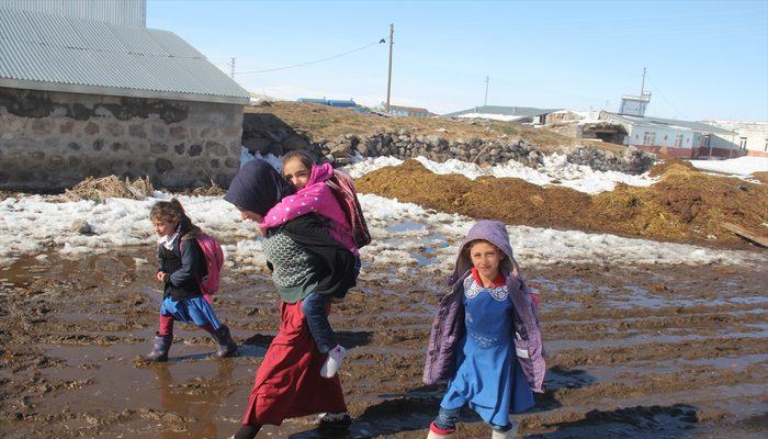 Fedakar anne engelli kızını okula sırtında taşıyor