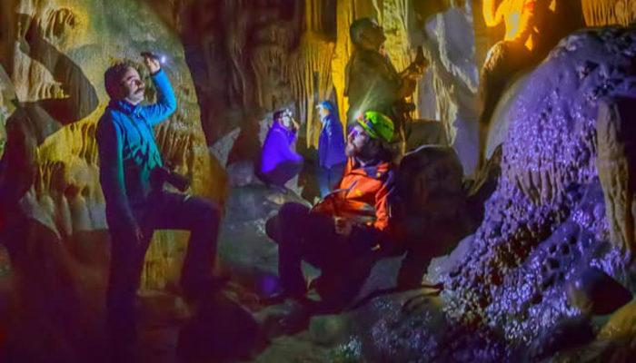 Hakkari'nin damla taş mağarası büyülüyor
