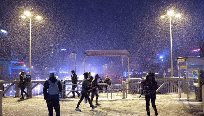 İstanbul'da kar yağışı devam ediyor! Sıcaklık sıfır derece