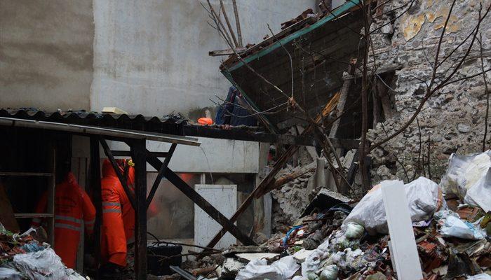 İzmir'de tarihi bina çöktü! Enkaz altında kalanlar var