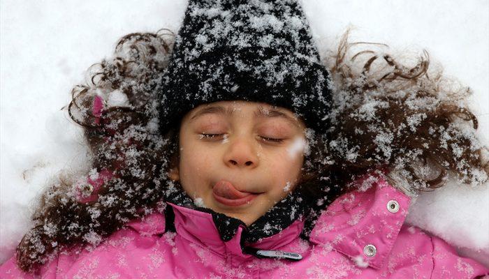 Kayseri'de kar bastırdı, sokaklar çocuklara kaldı