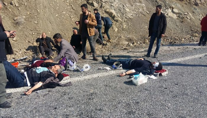 Kazada yol ortasında can pazarı: 2'si ağır 8 yaralı