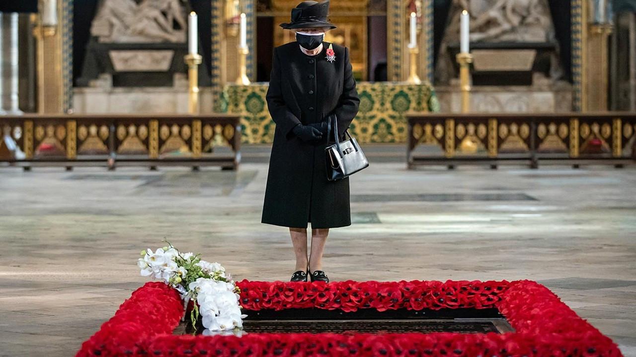 Kraliçe Elizabeth'ten maskeli ilk fotoğraf