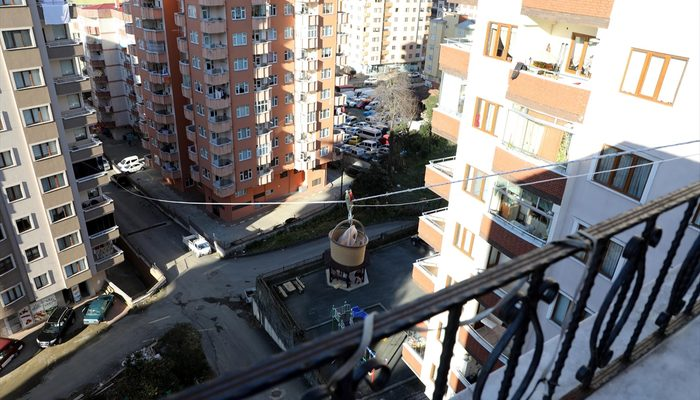 Markete gitmeye üşenince balkona teleferik kurdu