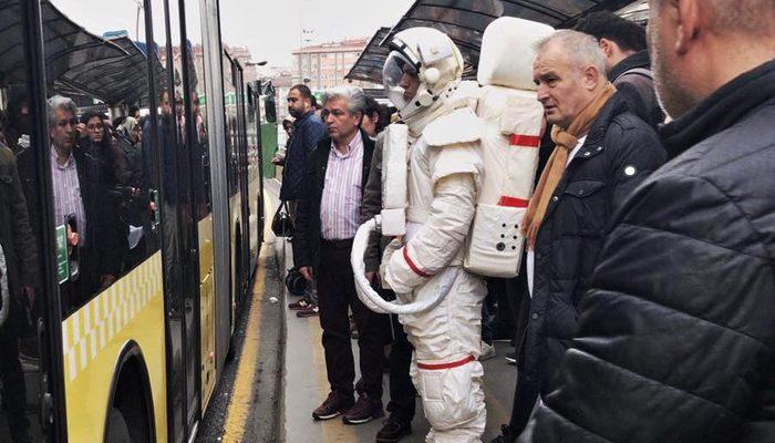 Metrobüste astronot şaşkınlığı! Gören telefonuna sarıldı