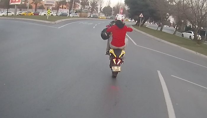 Motosikletlinin tek teker üzerinde tehlikeli şovu