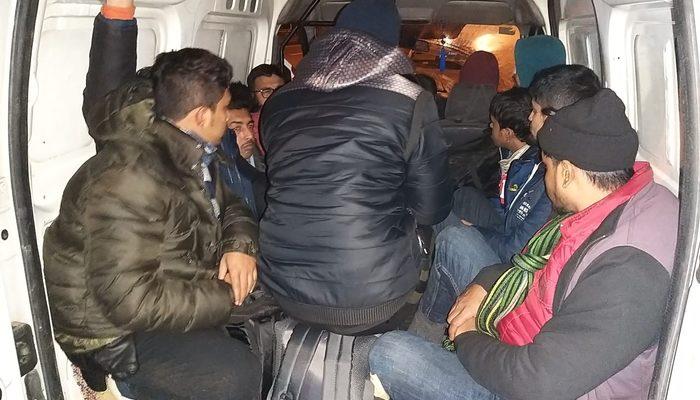 Şok görüntü: 5 kişilik araçtan 12 kişi çıktı