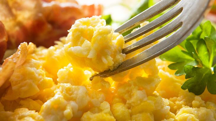 Tavada lezzetli çırpılmış yumurta hazırlamak için 5 pişirme sırrı