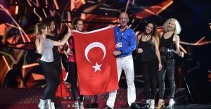Serhat Türk Bayrağını Eurovision Sahnesine Taşıdı