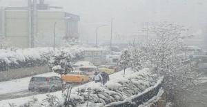 İstanbul'da yoğun kar yağışı ara sokaklarda bile trafiğe neden oldu
