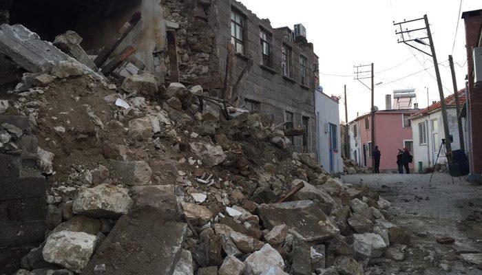 Ayvacık'ta depremin etkisi gün ağarınca ortaya çıktı