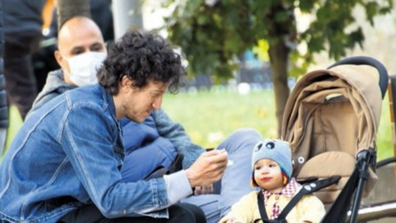 Caner Erdeniz bebeğini elleriyle besledi