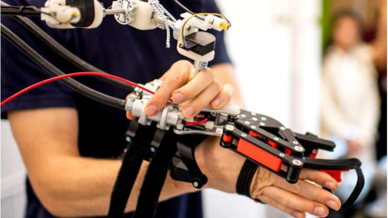 Hassas ameliyatlar gerçekleştiren robotik kollar gerçeğe daha yakın