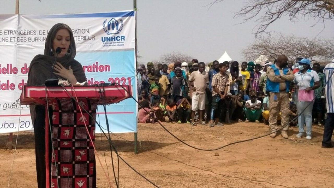 Hollywood yıldızı Angelina Jolie mülteci kampında
