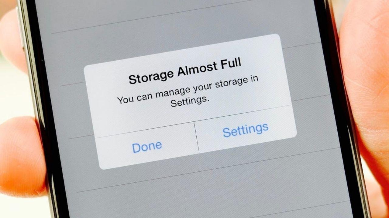 iPhone ve iPad depolama alanı nasıl boşaltılır? iPhone / iPad cihazlarımızda depolama alanı dolu / saklama alanı yetersiz uyarısı görebiliyoruz. İşte...
