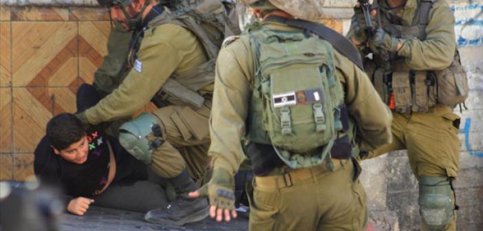 İsrail Askerlerinden El-Halil'de On Yaşındaki Filistinli Çocuğa Uygulanan Zulüm