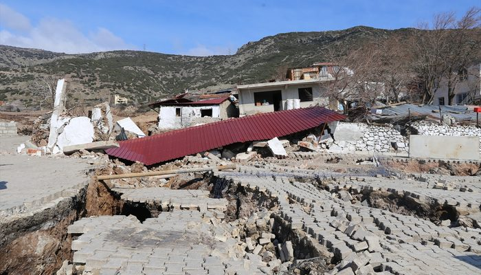 İzmir'de toprak kayması! Derin çatlaklar oluştu, binalar tahliye ediliyor