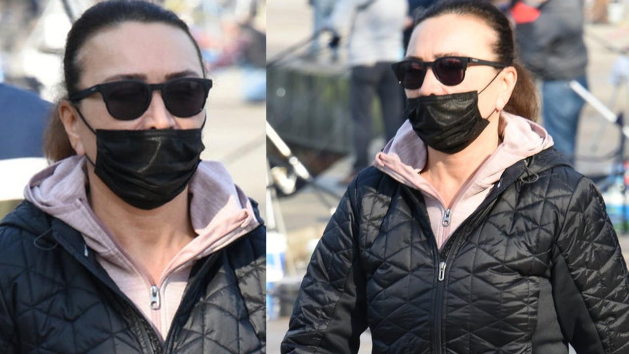 Maskesini doğru takmayan Demet Akbağ muhabirlere çattı!