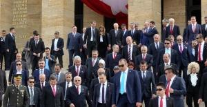 Anıtkabir'deki törene Başbakan Davutoğlu, çocuklarla selfie çektirdi