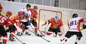 Buz Hokeyinde Şampiyonluk Mücadelesi