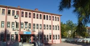 Genç kız okul müdürünün odasında intihar etti