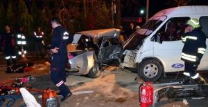 Manisa'da Servisle Araba Çarpıştı : 26 Yaralı, 1Ölü