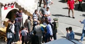 Şanlıurfa'da liseli kızlar cadde ortasında kavga etti