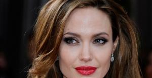 Angelina Jolie bir aileyi evlat edindi