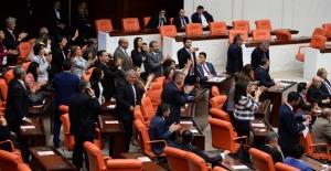 'Dokunulmazlık' kararı sonrası HDP'li vekillerden alkışlı protesto