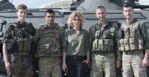 Gülben Ergen Nusaybin'de askerleri ziyaret etti