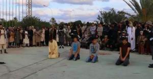 IŞİD, müzik dinleyenleri ve sigara içenleri çarmıha germiş