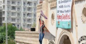 Mardin'de Türk bayrağını indirince ortalık karıştı