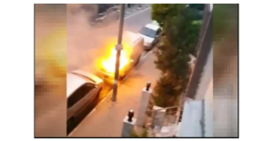 Avcılarda 2 araba kimliği belirsiz kişilerce yakıldı