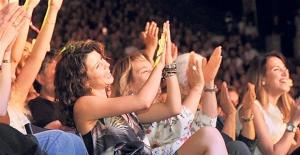 Beren saat Kenan Doğulu'nun konserinde kayınvalidesiyle selamlaşmadı!