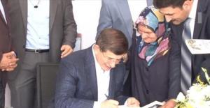 Davutoğlu sevenlerine kitap imzaladı