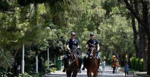 İzmir'de atlı polisler görev başında