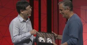 Lenovo CEO'su İntel CEO'suna Akıllı Ayakkabı Hediye Etti