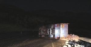 Mersin'de briket yüklü kamyon devrildi