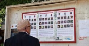 Muş'ta aranan teröristlerin fotoğrafları sokakta afişlerde.