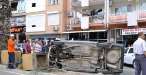 Otomobil refüjdeki beton çiçekliğe çarptı: 1 yaralı