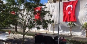 Saldırının gerçekleştiği bölgede iş yerlerine Türk bayrakları asıldı