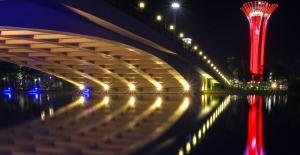 EXPO Kulesi ay yıldızlı renklere büründü