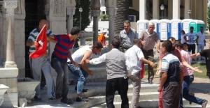 Konak Meydanı'nda toplanan grubun dövdüğü genç, hakaretten tutuklandı
