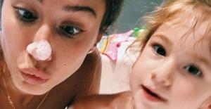 Şeyma Subaşı ile kızı Melisa'nın duşta köpük partisi