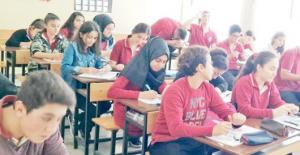 İstanbul'da bir öğretmen derste türban dağıttı